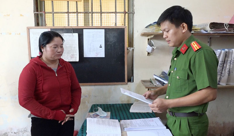 Cơ quan Công an tống đạt các quyết định khởi tố bà Trần Thị Thúy Oanh về tội lừa đảo chiếm đoạt tài sản.
