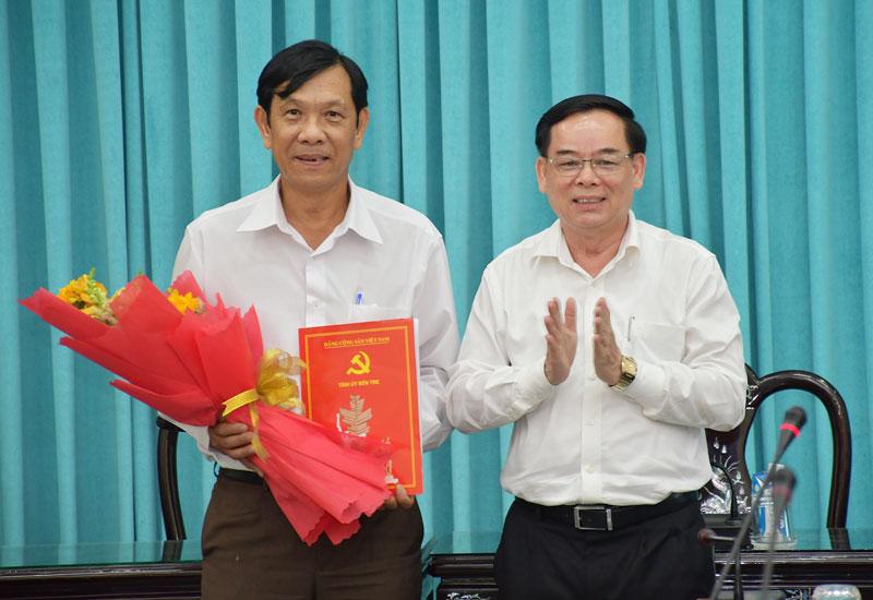 Phó bí thư Thường trực Tỉnh ủy Trần Ngọc Tam trao quyết định cho đồng chí Nguyễn Hòa Nghĩa. Ảnh: Hữu Hiệp
