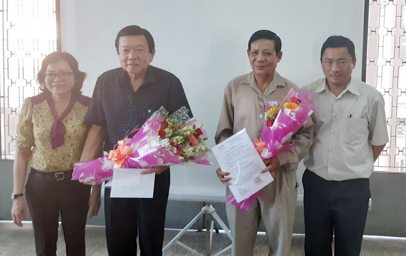 Bà Nguyễn Thị Ngọc Thi trao quyết định cho ông Phan Chánh Thi và ông Hồ Văn Cam. Ảnh: T. Lập
