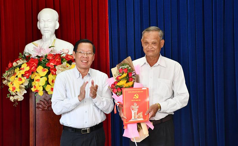 Bí thư Tỉnh ủy Phan Văn Mãi trao Quyết định cho đồng chí Trần Thanh Vũ. Ảnh: T. Huyền