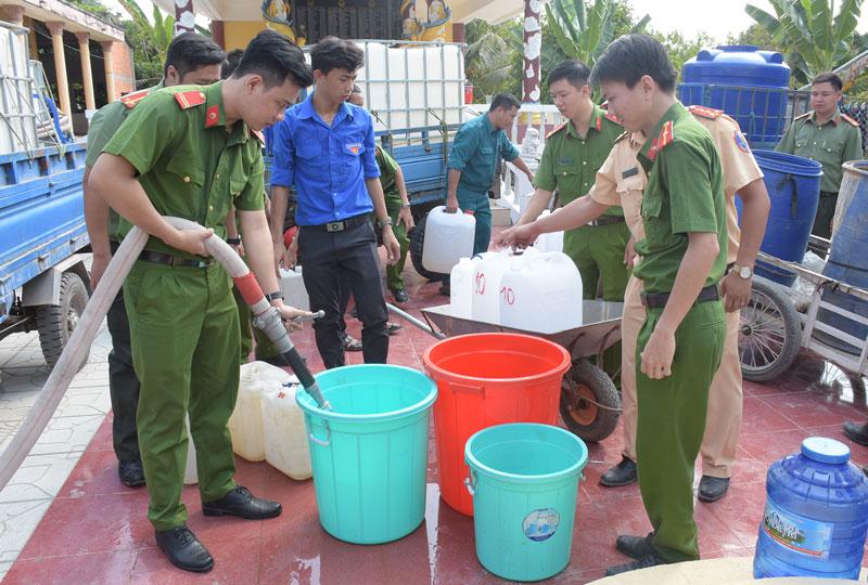Đoàn Thanh niên Công an tỉnh tổ chức cấp nước ngọt cho người dân ở xã Phú Đức, huyện Châu Thành.