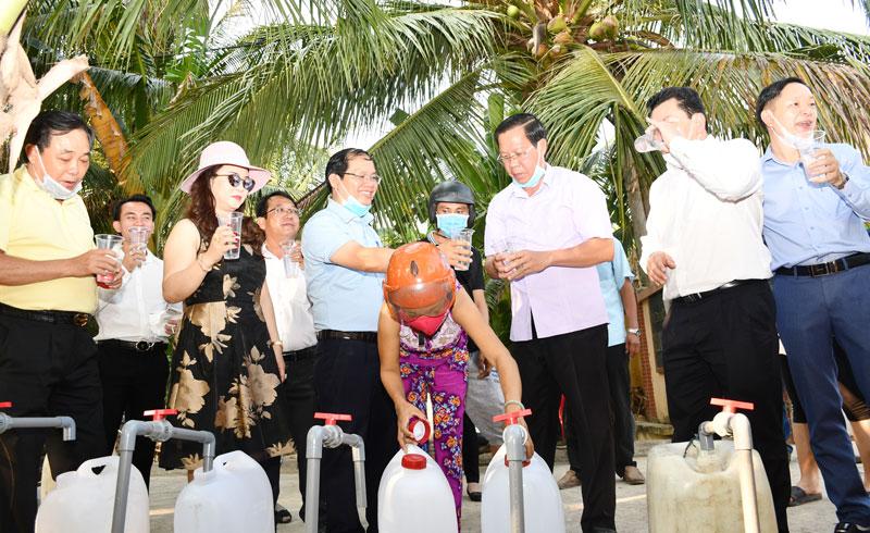 Bí thư Tỉnh ủy Phan Văn Mãi và lãnh đạo Công ty Đại Nam tại buổi đưa vào vận hành hệ thống lọc nước ở Châu Bình.