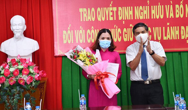 Chủ tịch UBND tỉnh Cao Văn Trọng trao Quyết định cho bà Nguyễn Thị Ngọc Dung.