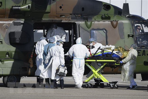Nhân viên y tế chuyển bệnh nhân nhiễm COVID-19 lên máy bay trực thăng tại Strasbourg , Pháp, ngày 30-3-2020. (Nguồn: AFP/TTXVN)