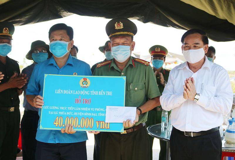 Phó bí thư Thường trực Tỉnh ủy Trần Ngọc Tam trao quà cho lực lượng tại khu cách ly ấp Thừa Lợi. Ảnh: PH.Hân