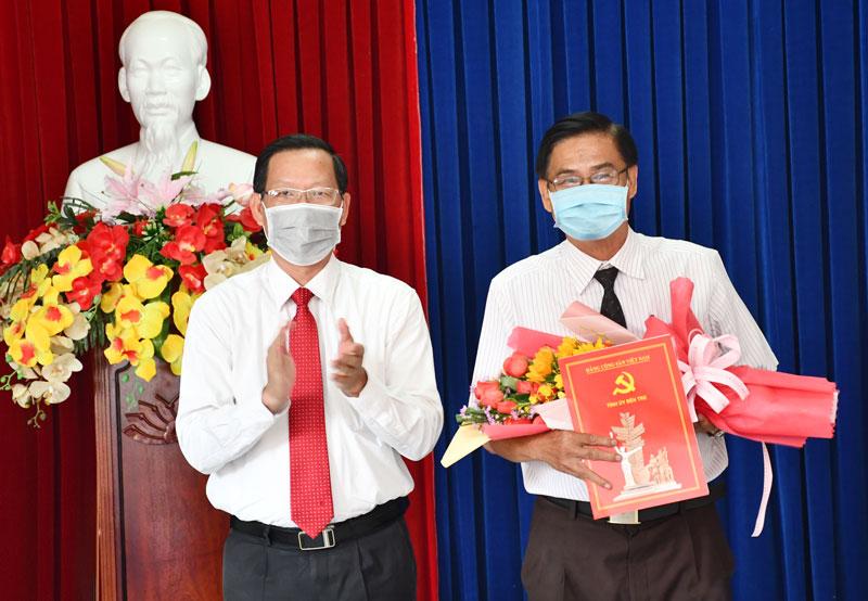 Bí thư Tỉnh ủy Phan Văn Mãi trao Quyết định cho đồng chí Hải Châu.