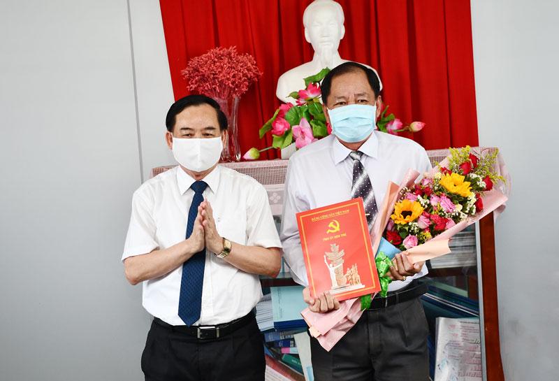 Phó bí thư Thường trực Tỉnh ủy Trần Ngọc Tam trao Quyết định cho đồng chí Lê Thanh Vân.