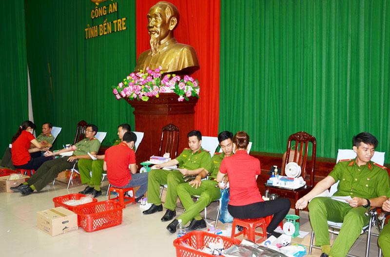 Đoàn viên, thanh niên ngành công an hiến máu tình nguyện. Ảnh: CTV