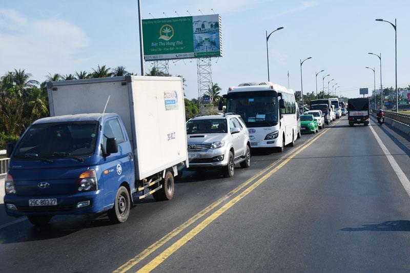 Phương tiện lưu thông trật tự trên đường dẫn vào cầu Rạch Miễu. Ảnh: H. Hiệp