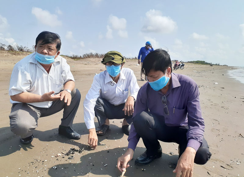 Phó chủ tịch UBND huyện Võ Văn Quân khảo sát thực tế trên bãi biển xã Thới Thuận.