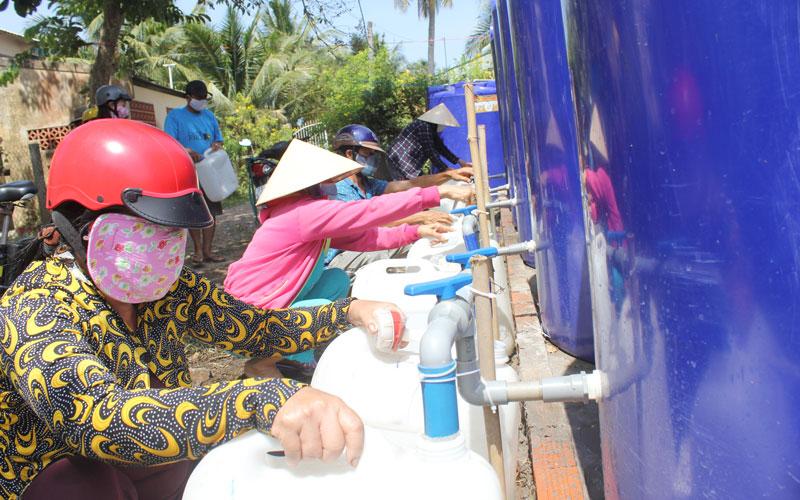 Người dân vùng hạn, mặn tỉnh Bến Tre đến lấy nước ngọt miễn phí.