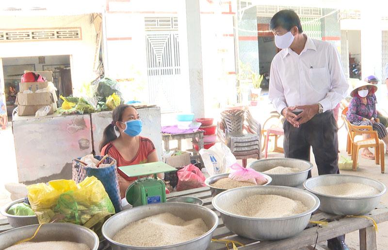 Người dân chấp hành tốt việc đeo khẩu trang tại chợ Phú Khánh. Ảnh: Văn Minh
