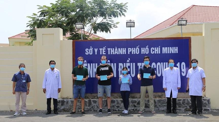 Bốn bệnh nhân tại bệnh viện điều trị COVID-19 huyện Cần Giờ nhận giấy xác nhận khỏi bệnh. Ảnh: Đan Phương/Báo Tin tức