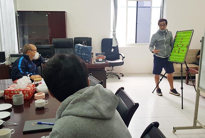 Sơ đồ 3-1-4-2 mà trợ lý Lee trình bày trước thầy Park cùng đội ngũ trợ lý - Ảnh: VFF