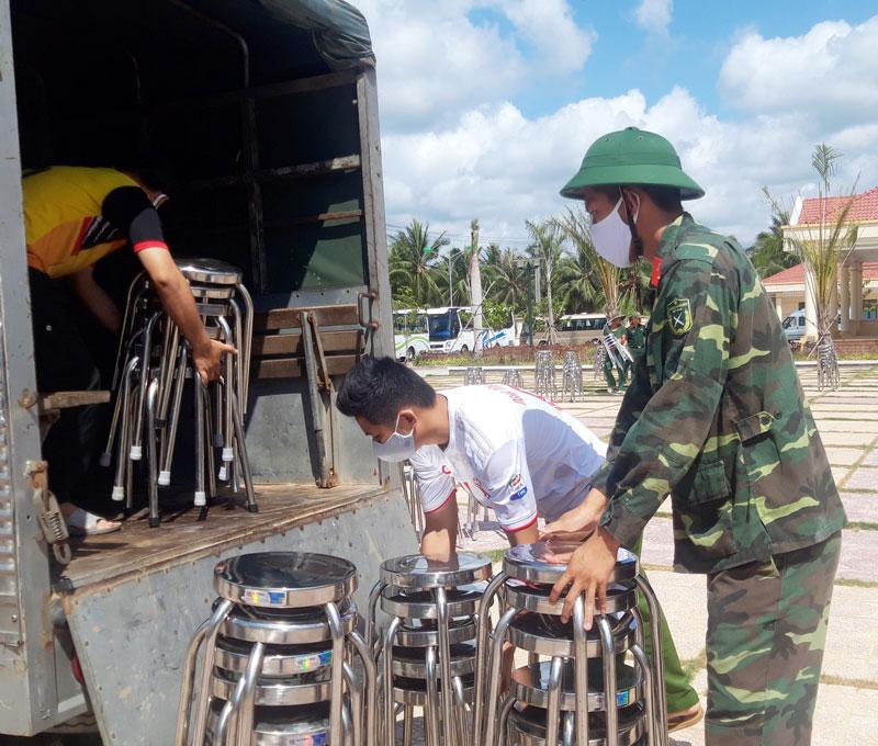 Chiến sĩ công an, bộ đội, biên phòng phục vụ hậu cần tại khu cách ly Trường Quân sự tỉnh