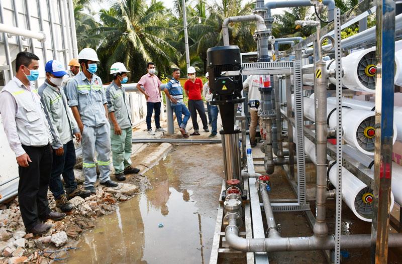 Lắp đặt hệ thống lọc nước phục vụ cho người dân Bến Tre. Ảnh: H. Hiệp
