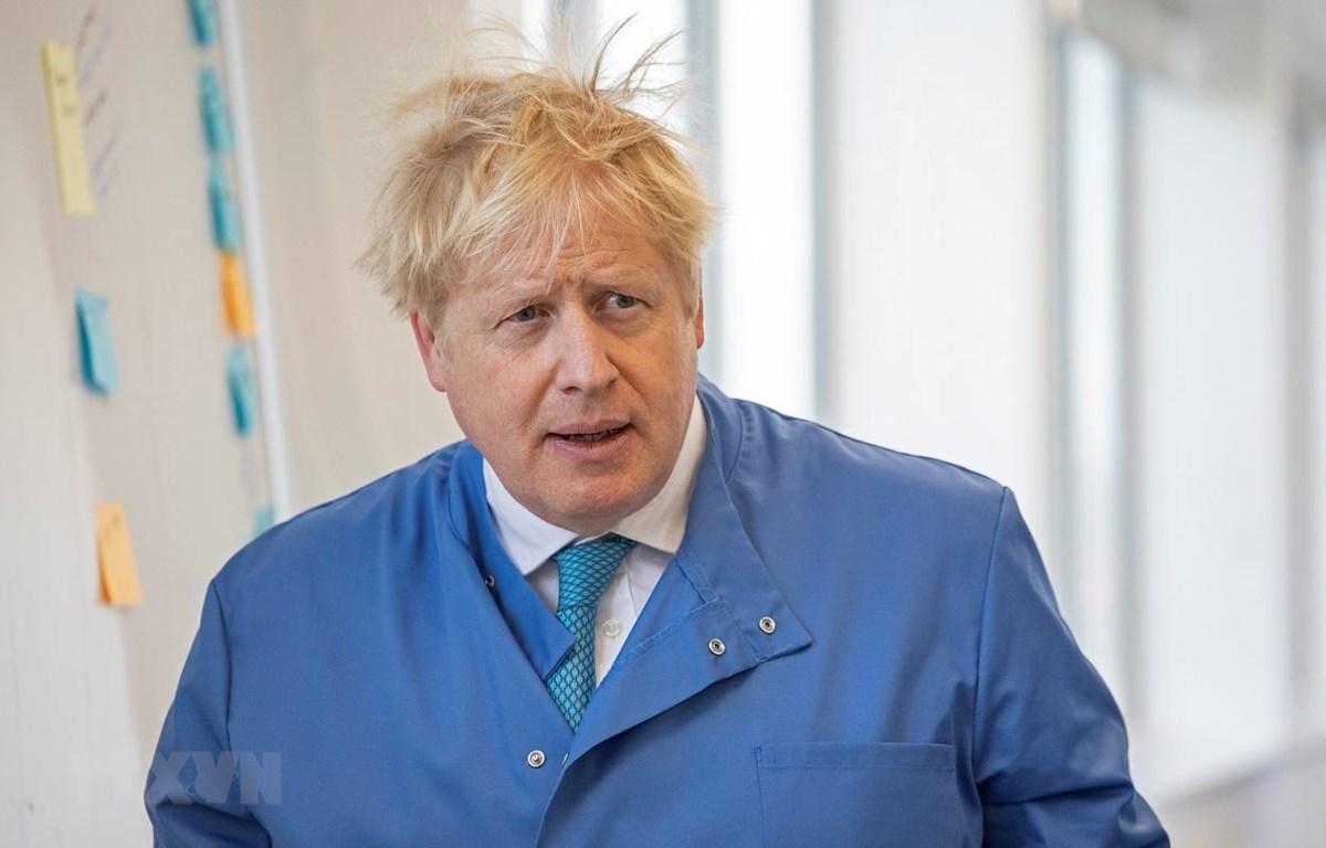 Thủ tướng Anh Boris Johnson thăm phòng thí nghiệm ở London, ngày 6-3-2020. Ảnh: AFP/TTXVN