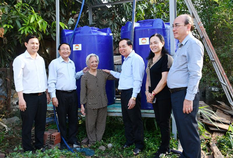 Phó bí thư Thường trực Tỉnh ủy Trần Ngọc Tam (thứ 3, phải sang) thăm hỏi bà Nguyễn Thị Hưởn đã tích cực hỗ trợ nước ngọt tại xã Phú Hưng (TP. Bến Tre). Ảnh: Hữu Hiệp