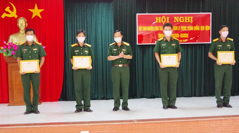 Thủ trưởng Bộ Chỉ huy Quân sự tỉnh trao thưởng cho các cá nhân đợt thi đua đột kích trong phòng chống dịch Covid-19.