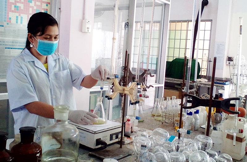 Thử nghiệm nước tại Trung tâm khoa học và công nghệ Bến Tre. Ảnh: Kim Tuyền
