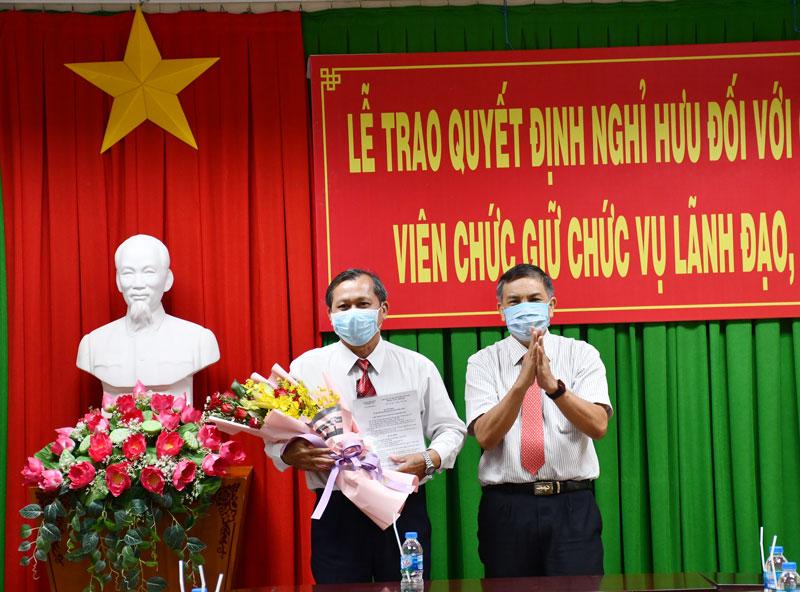 Chủ tịch UBND tỉnh Cao Văn Trọng trao Quyết định nghỉ hưu cho ông Nguyễn Văn Hận