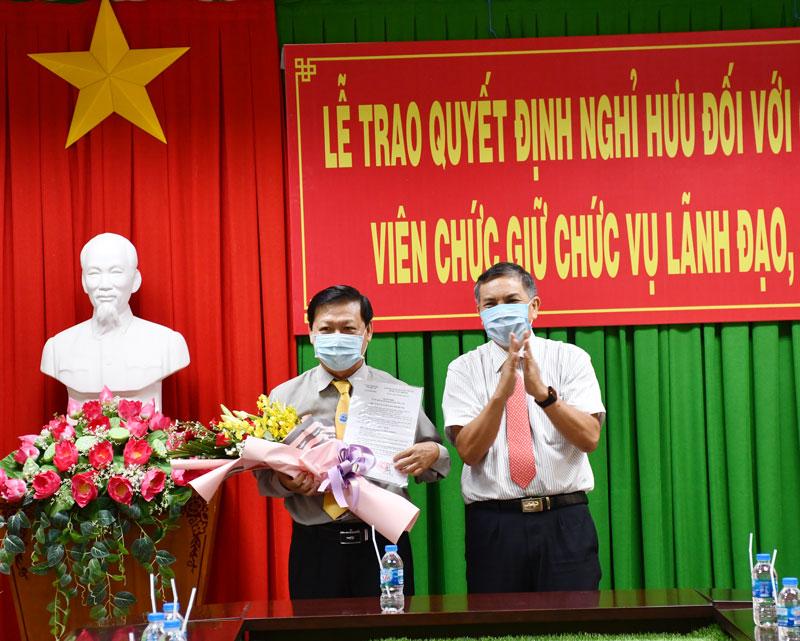 Chủ tịch UBND tỉnh Cao Văn Trọng trao Quyết định nghỉ hưu cho ông Võ Hồng Khanh.