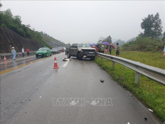 Vào khoảng 8 giờ 20 phút ngày 1-5-2020, tại km156+850 đường Cao tốc Nội Bài - Lài Cai, thuộc địa phận xã Tân Hợp, huyện Văn Yên, tỉnh Yên Bái đã xảy ra vụ tai nạn giao thông giữa 3 xe ô tô làm 2 người bị thương. Ảnh: Tuấn Anh/TTXVN