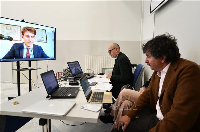 Sinh viên (trên màn hình) thảo luận với giáo viên thông qua ứng dụng Google Meet tại Venice, Italy, sau khi nhiều trường học đóng cửa do dịch COVID-19. Ảnh: AFP/TTXVN