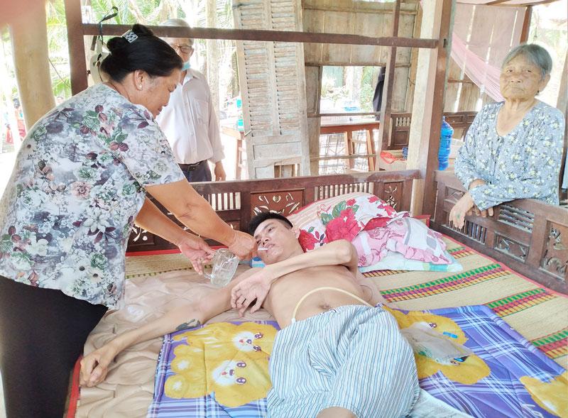 Anh Nguyễn Văn Thanh bên giường bệnh.