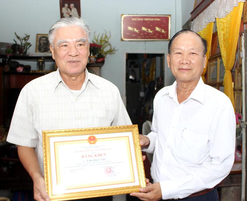Thiếu tướng Lê Công Trường – Chủ tịch Hội CCB tỉnh trao bằng khen của UBND tỉnh cho ông Trần Quốc Việt
