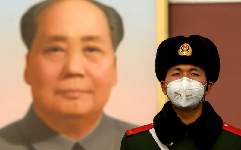 Cảnh sát Trung Quốc đeo khẩu trang trên quảng trường Thiên An Môn. Ảnh: AFP