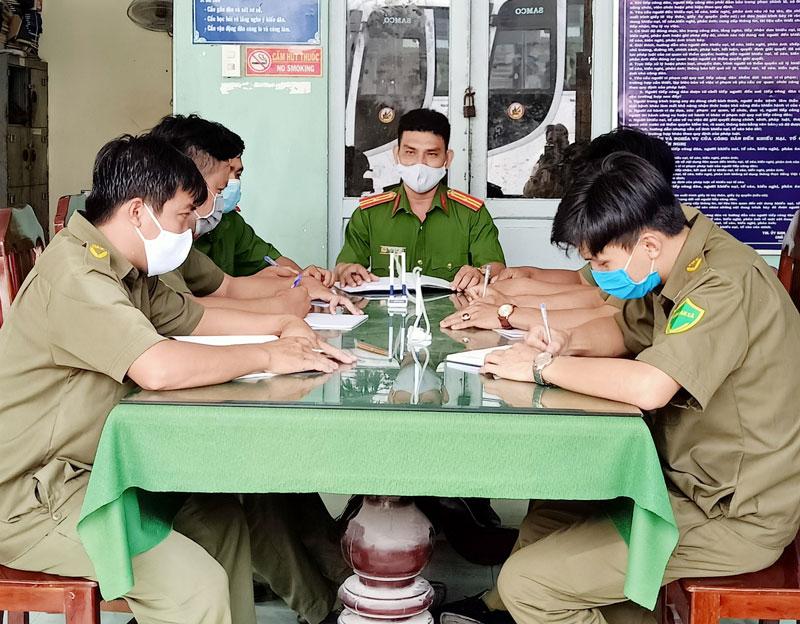 Công an xã Vĩnh Thành, huyện Chợ Lách hiện có 3 đồng chí công an chính quy về đảm nhiệm các chức danh công an xã.
