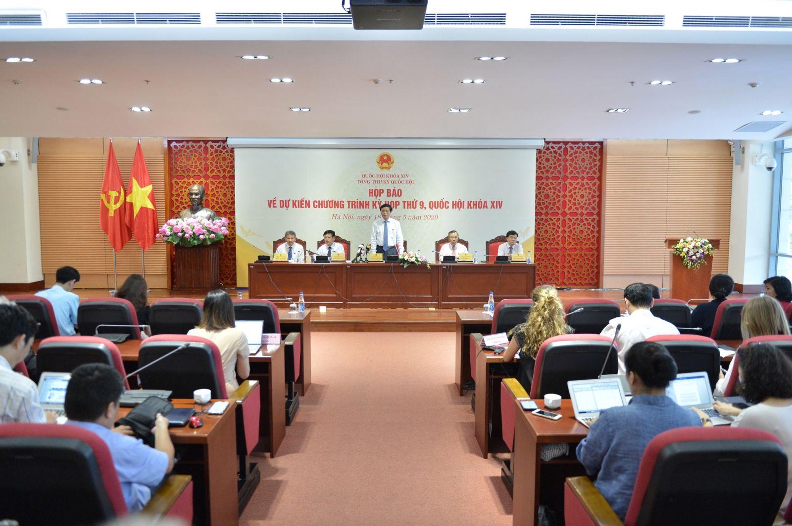 Tổng Thư ký Quốc hội, Chủ nhiệm Văn phòng Quốc hội Nguyễn Hạnh Phúc chủ trì họp báo. Ảnh: VGP/Nhật Bắc