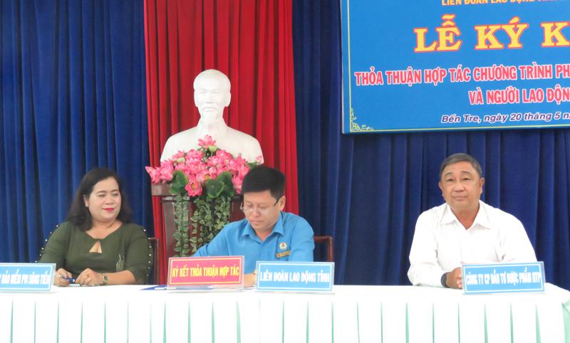 Ông Phan Song Toàn (người ở giữa) ký kết thỏa thuận với đối tác.
