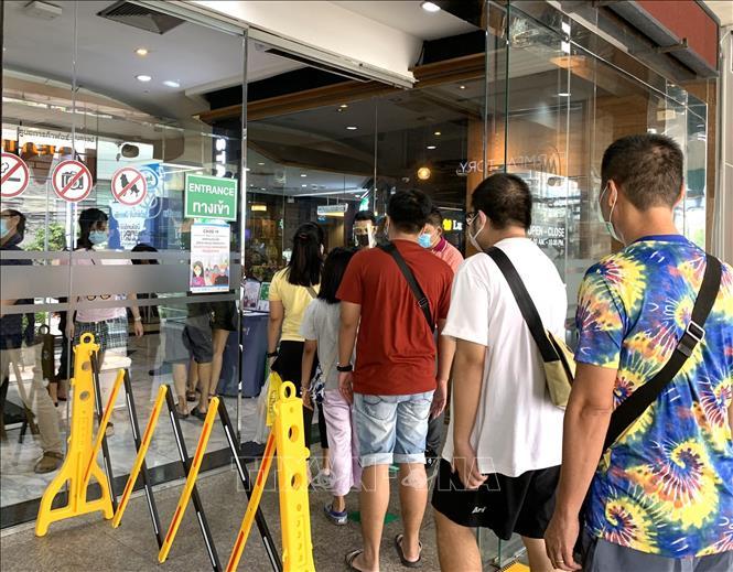 Người dân thủ đô Bangkok xếp hàng vào trung tâm thương mại được mở cửa trở lại ngày 17-5.