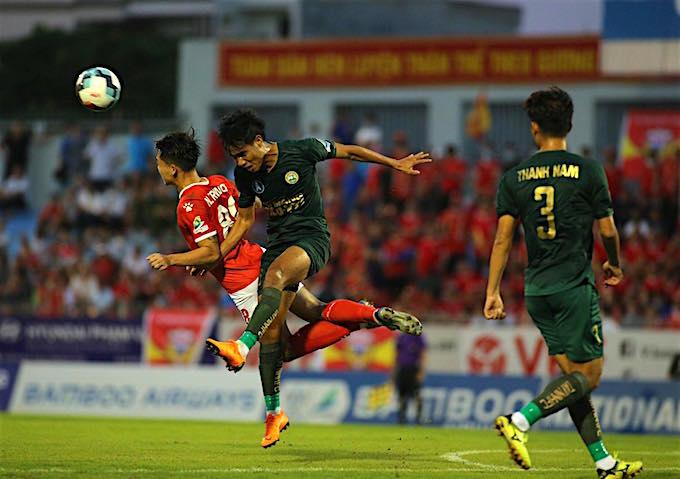 Pha tranh bóng của cầu thủ HL. Hà Tĩnh (áo đỏ) và F.Tay Ninh (xanh).