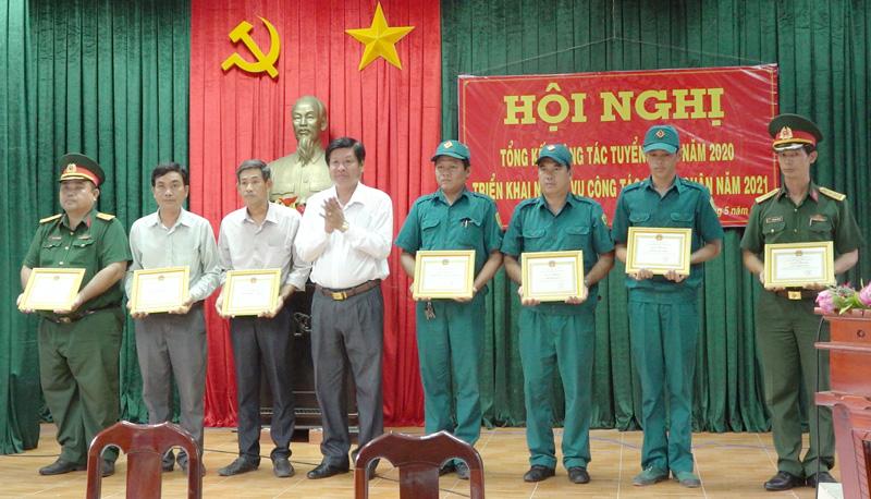 Chủ tịch UBND huyện trao giấy khen cho các tập thể và cá nhân.