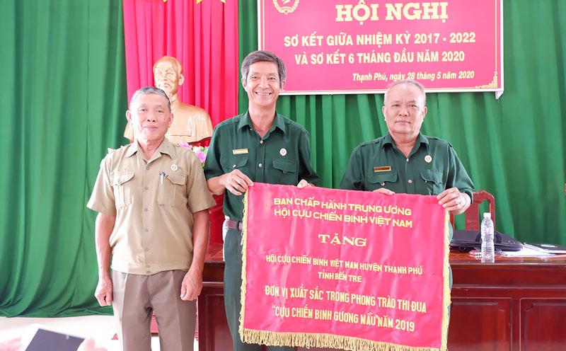 Hội Cựu chiến binh huyện nhận cờ thi đua đơn vị xuất sắc.