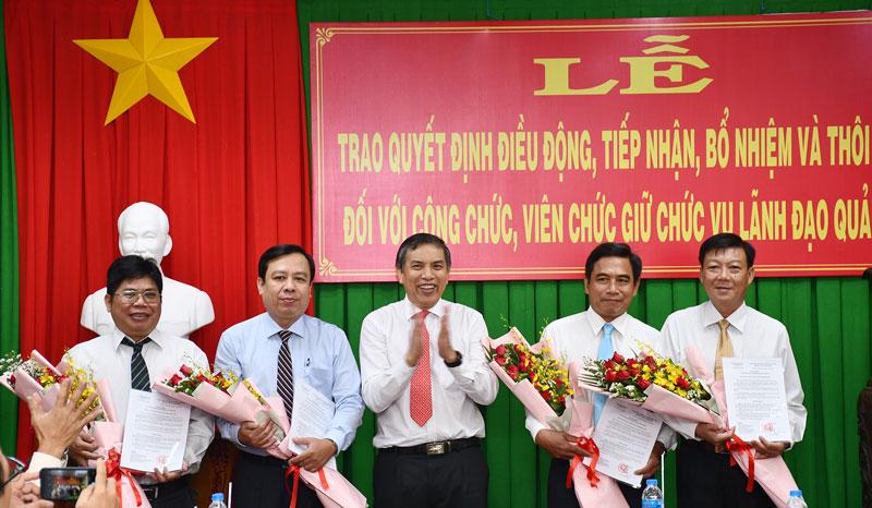 Chủ tịch UBND tỉnh Cao Văn Trọng trao quyết định cho các đồng chí được điều động, tiếp nhận.
