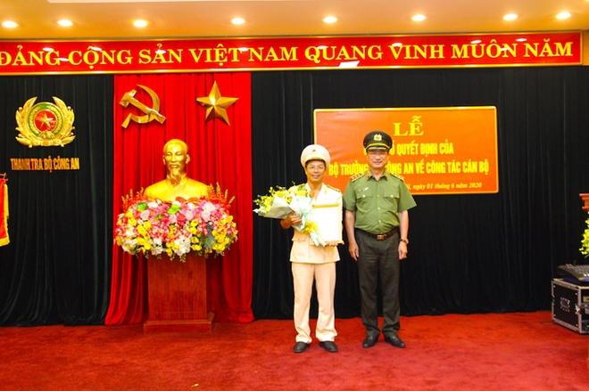 Thượng tướng Nguyễn Văn Thành trao quyết định và chúc mừng Đại tá Phạm Hồng Tuyến.