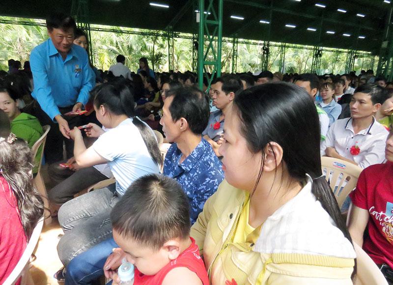 Phó chủ tịch Thường trực Liên đoàn Lao động tỉnh Trần Trung Hào tặng quà cho công nhân lao động. Ảnh: PV