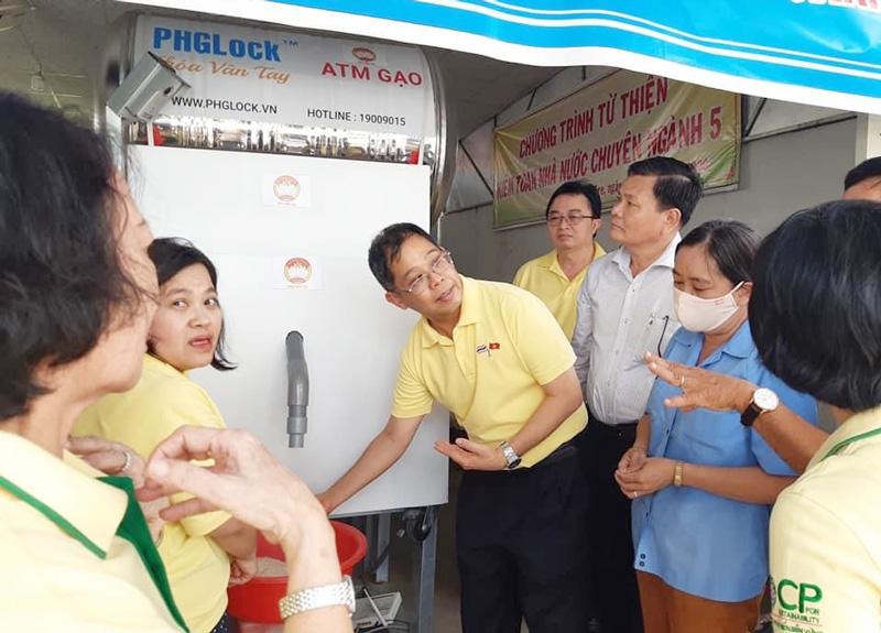 Ông Apirat Sugondhabhirom khảo sát máy ATM gạo tại quán cơm