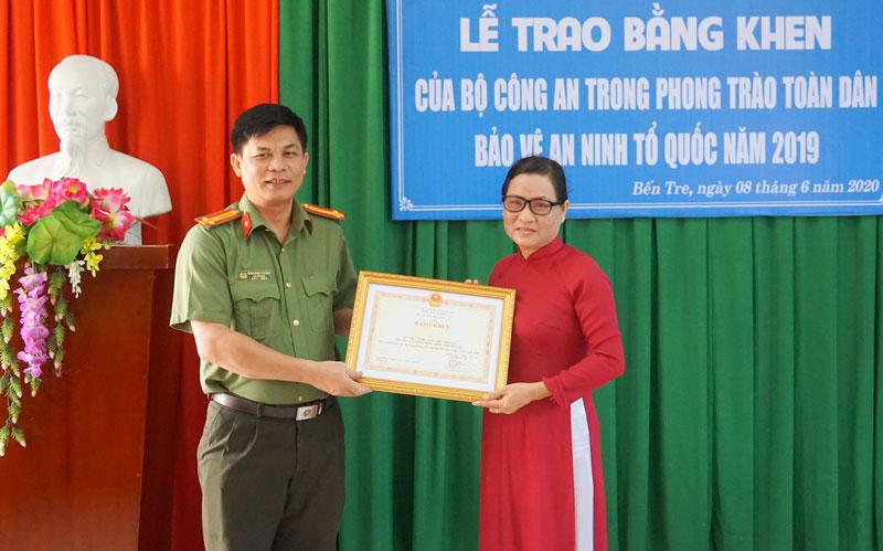 Đại diện Công an tỉnh trao bằng khen của Bộ Công an cho tập thể Trường Cao đẳng Đồng Khởi.