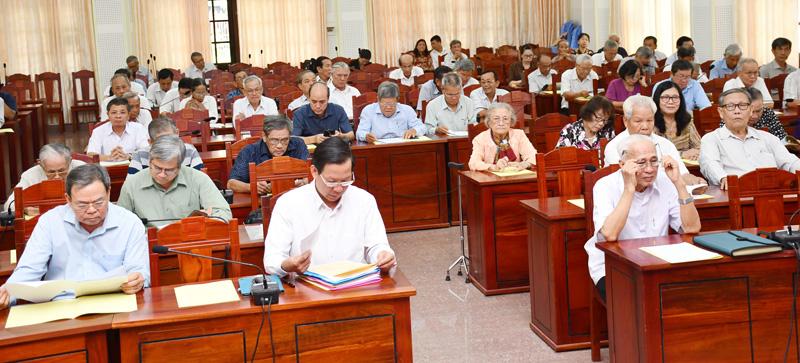 Các đồng chí cán bộ về hưu tham dự họp mặt.