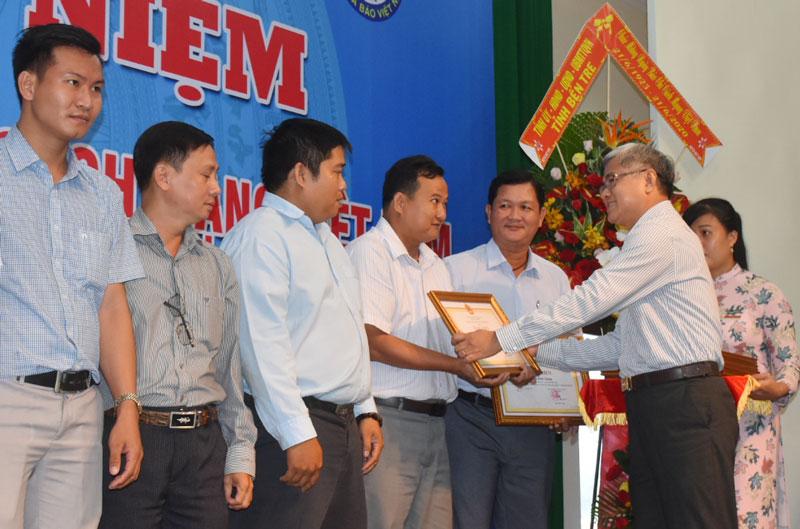 Phó chủ tịch UBND tỉnh Nguyễn Văn Đức trao bằng khen của UBND tỉnh cho các nhà báo ngoài tỉnh.