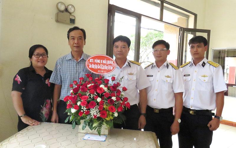 Đại diện Bộ Tư lệnh vùng 2 Hải Quân chúc mừng Ngày Báo chí cách mạng Việt Nam.