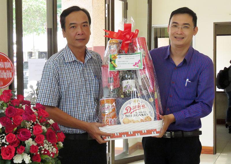 Đại diện lãnh đạo Công ty cổ phần in Tổng hợp Cần Thơ chúc mừng Ngày Báo chí cách mạng Việt Nam.