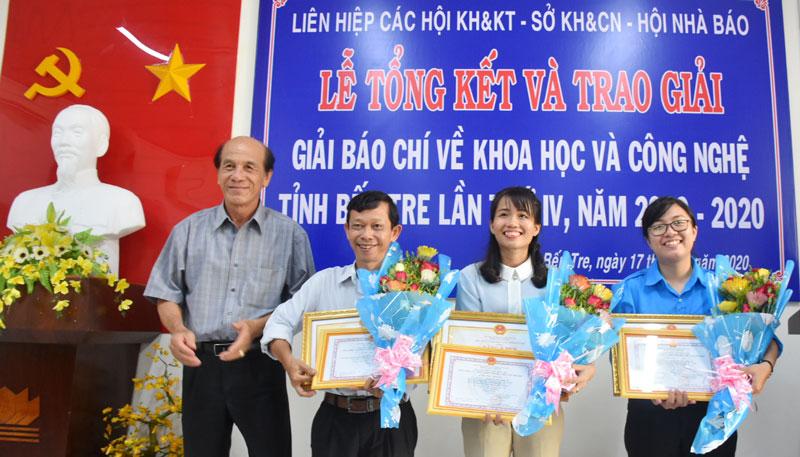 Ban tổ chức trao giải cho các tác giả và nhóm tác giả đạt giải.