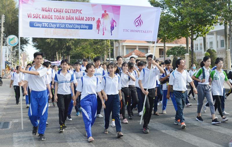 Các em học sinh tham gia chạy Olympic