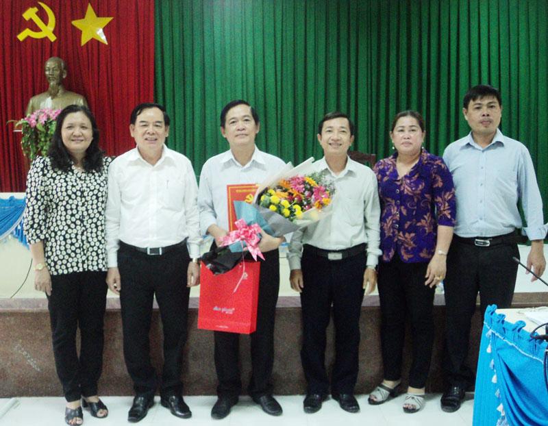 Phó bí thư Thường trực tỉnh ủy Trần Ngọc Tam trao quyết định cho Bí thư Huyện ủy Mỏ Cày Bắc nhiệm kỳ 2015 - 2020.